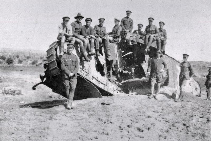 לוחמים בריטיים על הטנק שהושמד בקרבת עזה, 1917