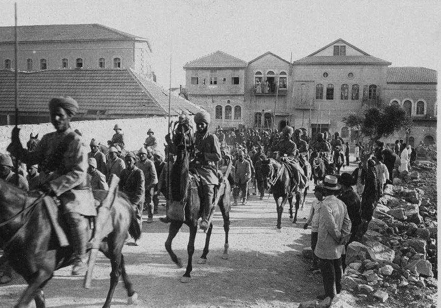 פרשים הודים מלווים שבויים ברחובות העיר חיפה, 23 בספט' 1918
